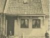 kirkestraede-boern-foran-det-lille-hus