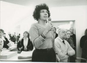 Mindeudstilling for Hans Bendix på Kunstmuseet Køge Skitsesamling åbnes af museumsinspektør Ellen Tange. Foto: Kim Rasmussen, 1991.