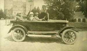 Fru Christa Kureer, Fru Ellen Wium og Camilla Christensen lærerinde, I hjemmebygget sportsvogn ved Vallø Slot ca. 1920.