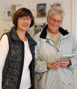 Arkivleder Birte Broch overrækker præmien til Inge Staal Olsen på Byarkivet i Køge.