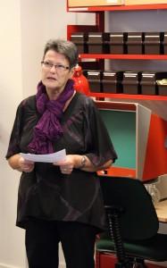 Arkivar Lone Rasmussen holder tale ved åbningen af Skovbo Lokalhistoriske Arkiv