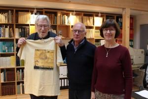 Arkitekt Karsten Vibild, formand for Køge Fonden Søren Mathiessen og Museums- og Arkivleder Birte Broch præsenterer den nye T-shirt