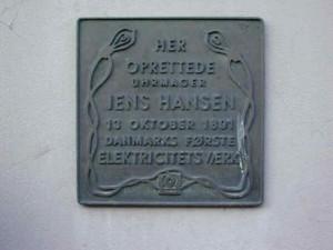 Mindeplade til minde om Danmarks første elektricitetsværk, Brogade 8