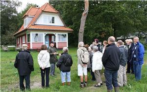 Undervejs fortalte Ole Søndergaard blandt andet om familien Svarres karakteristiske hytte fra 1914.   Det var den første hytte der blev opført og er det   eneste murstenshus langs stranden.   Køge-arkitekten Otto Langballe har tegnet hytten.