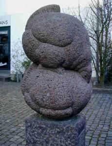 """Skulptur """"To Høns"""" i Ulfeldts gård, Nørregade 22"""