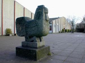 "Skulptur ""Hane"" ved Hastrupskolen, Langelandsvej 70"