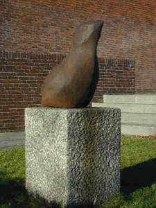 """Skulptur """"Kollundfuglen"""", bag Køge Rådhus"""