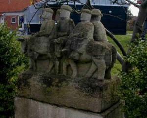 """Ølby - Skulptur """"Æselryttere"""" ved Pensionatet Lyngtoften, Lyngtoften 26"""
