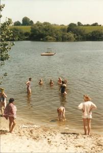 Peders Syv Fritidshjem i Viby bader i Badesøen. Foto: Skovbo Lokalhistoriske Arkiv