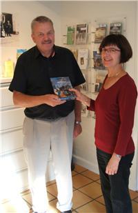 """Den heldige vinder, Anders Skinnerup, får overrakt den nyeste bog fra serien """"Hit med Historien"""" af arkivleder Birte Broch."""