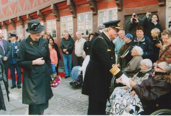 dronningen-og-prinsgemalen-ved-museet-ved-mindehoejtideligheden-for-slaget-i-koege-bugt-2011