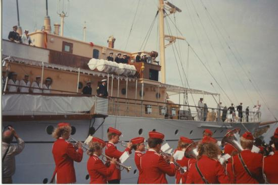kongeskibet-i-havn-med-skoleorkestret