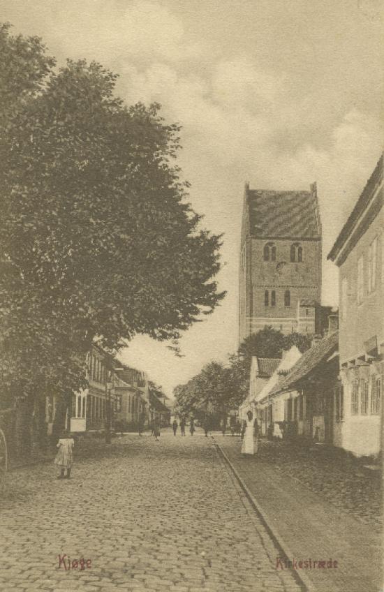 kirkestraede-med-mennesker-paa-gaden