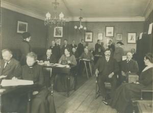 Første gang, kvinderne kunne stemme ved et rigsdagsvalg, var i 1918. Valglokalet på Køge Rådhus med valgbestyrelse, listeførere og et par vælgere. Ved bordene i venstre side forrest Emilie Friderichsen, dernæst Margrethe Blume, Johanne Kindberg og Kamilla Kristensen. Stående til v. Marie Svarre og til h. dameskrædderinde frk. Jensen. I forgrunden Julie Langkilde.