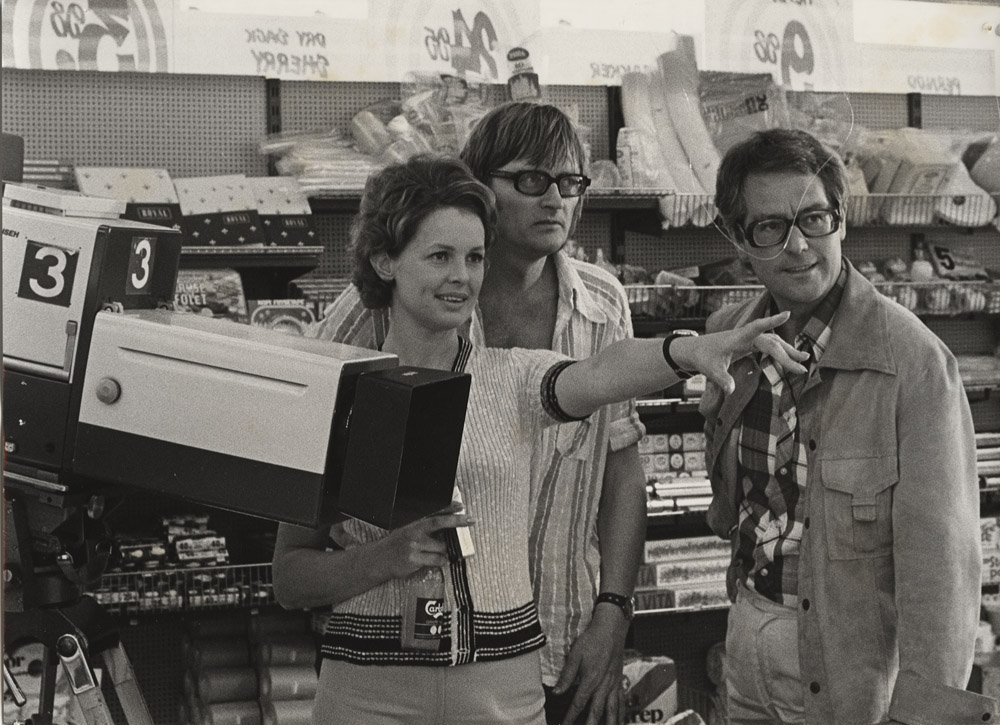 »Bertram og Lisa«: Ghita Nørby, Palle Kjærulff-Schmidt og Holger Juul Hansen under optagelser i Superland i Jernbanegade, 1974. Fotograf Hans Reersø. (Køge Byhistoriske Arkiv).