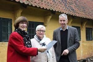 Museumsdirektør Keld Møller Hansen og arkivleder Birte Broch viser de første indretningsplaner til formand for Kultur- og Idrætsudvalget Anette Simoni. (Foto: Lars Kjær).