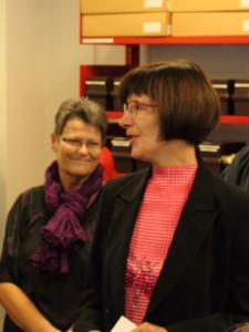 Birte Broch byder velkommen til indvielsen af Skovbo Lokalhistoriske Arkiv
