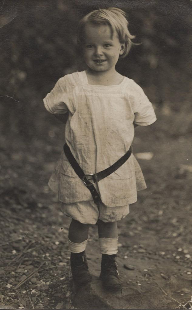 """et af de billeder, som Neils farfar sendte hjem fra USA til Køge. Drengen på billedet er Niels Peter Jacobsens ældste søn Edward, kaldet Buster. Bag på billedet har Busters mor skrevet: """"En hilsen fra bedstefars lille dreng Buster""""."""