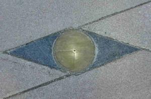 Mindeplade over Byplanpris 1997, Torvet