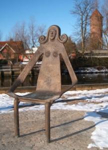 Den magelige Køgestol – Bronzeskulptur ved Fændediget nær Køge Bro