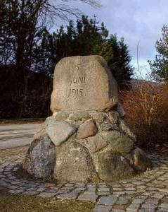 Grundlovsminde, Billesborgvej (øst for landsbyen Egøje).
