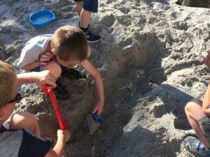 Glade børn på opdagelse i Den arkæologiske Sandkasse