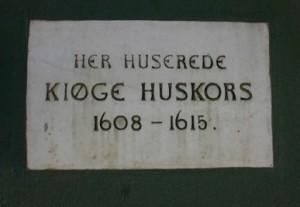 Mindetavle for Køge Huskors, hjørnet af Nørregade og Torvet 2