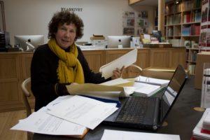 Ellen Tange forbereder sit foredrag på Byarkivet
