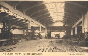 Postkort fra Køge Værft. Hallen er delvist bevaret og indgår i dag i Junckers Industrier på Køge Havn.