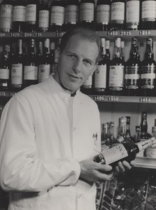 Købmand H. C. Nielsen, Køge, i forretningen på hjørnet af Jernbandgade og Nørregade.