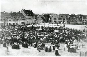 Fotografi af Torvet set fra øst ved indvielsesfesten i 1869. Der var pyntet op med guirlander og flag og op mod 10.000 mennesker deltog i fejringen.