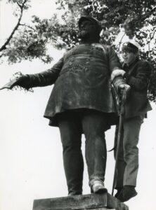 Ukendt student fra Køge Gymnasium fejrer huen på Køge Torv 23. juni 1967.