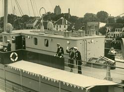 Kongeskibet Dannebrog anløber Køge Havn i forbindelse med Køges 650 års jubilæum 1938.