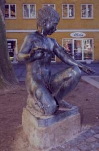 """Skulptur """"Dreng med firben"""", Nørregade 29"""