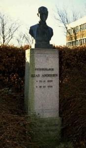Mindesmærke for sygehuslæge Elias Andersen, foran det gamle sygehus, Sygehusvej 27