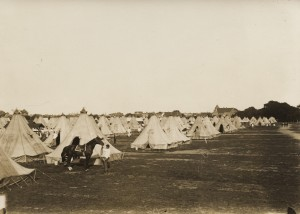 Teltlejren ved Peders Vænge i Køge. Bagest ses den i 1913 opførte tilbygning til Tøxens Skole i H.C. Andersensgade.