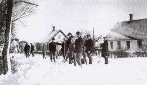 Snefogeden har sendt bud efter folk til at komme og kaste sne i Lille Salby. De står parat ved Bøgely Mejeri, ca. 1940