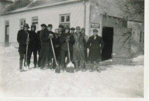 Snerydningsmandskab foran Skensved Smedje, ca. 1941