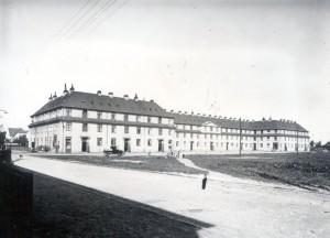 Værftsgården på Østre Sandmarksvej blev hastigt opført for at skaffe boliger til de mange tilstrømmende værftsarbejdere.