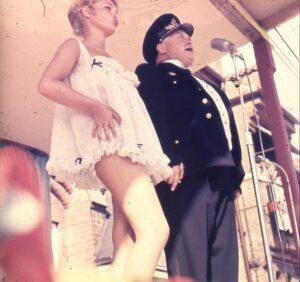 """Viv Bak tog Danmark - og Køge - med storm i sit """"Ole Lukøje-kostume"""" ved karnevalet i Køge 1958."""