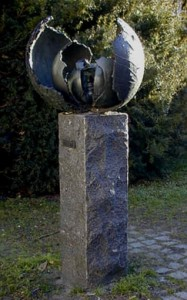"Skulptur ""Gennembrud"", Køge Biblioteksgård, Kirkestræde 18"